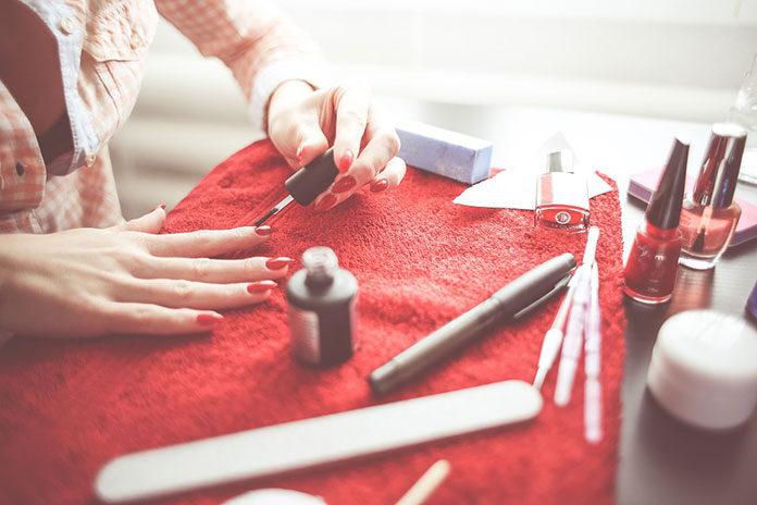 Jak wybrać najlepsze artykuły do manicure i pedicure